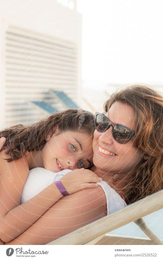 Mutter und Tochter lächelnd und umarmend im Freien. Freude Glück schön Sommer Muttertag Kind Mensch feminin Baby Kleinkind Frau Erwachsene Eltern