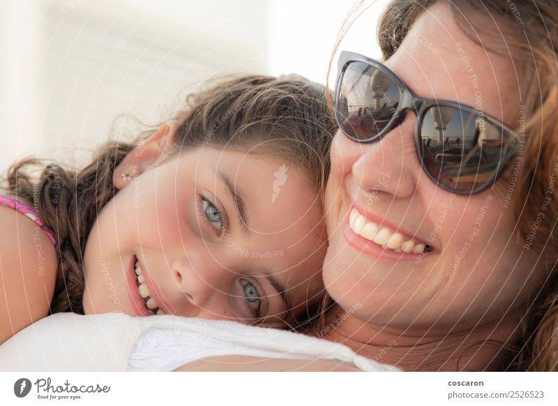 Mutter und Tochter lächelnd und umarmend im Freien. Freude Glück schön Sommer Muttertag Kind Mensch feminin Baby Kleinkind Mädchen Frau Erwachsene Eltern