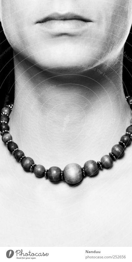 Stein Hals ästhetisch Halskette kalt schön ernst Haut Dekolleté Glätte bewegungslos Schwarzweißfoto Studioaufnahme Textfreiraum unten