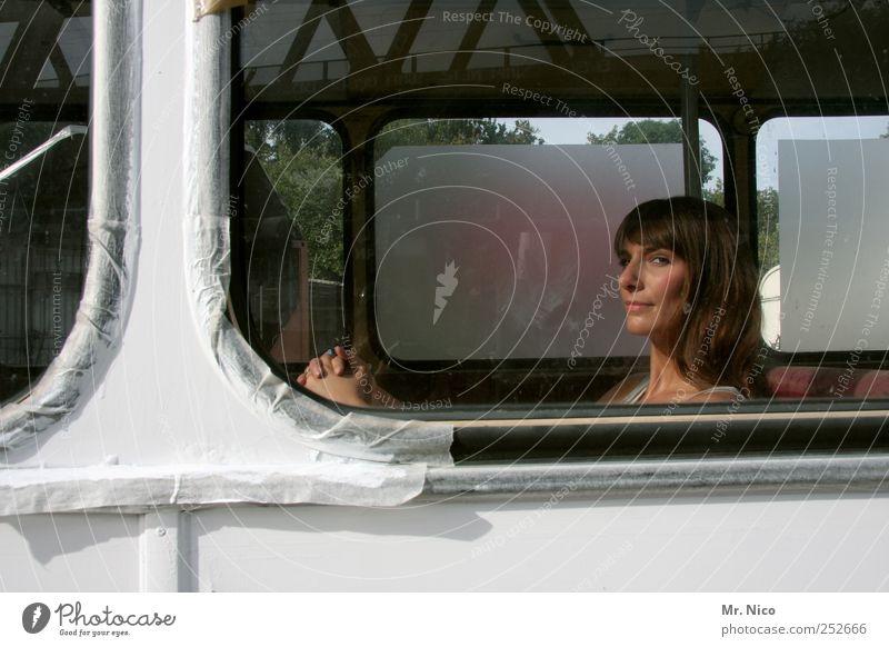 wir werden uns wiedersehen Frau schön Ferien & Urlaub & Reisen ruhig Gesicht feminin Erwachsene träumen warten beobachten nachdenklich Bus Abschied langhaarig Fernweh Fensterscheibe