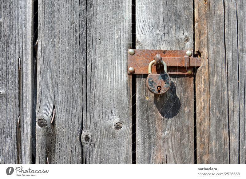 Krimi | hinter Schloss und Riegel Hütte Mauer Wand Fassade Tür Holz Metall Rost Linie alt grau Sicherheit Schutz Kontrolle Überwachung Verfall Häusliches Leben