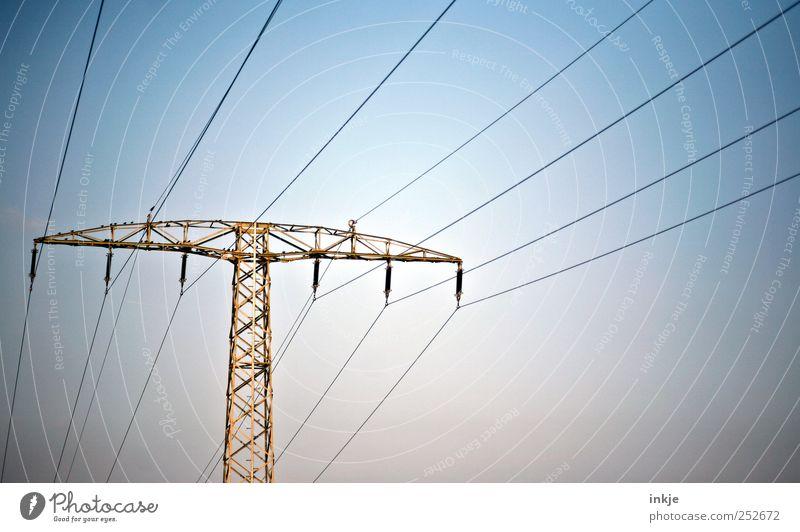 Energieträger Himmel blau oben Luft braun hoch Energie groß Energiewirtschaft Elektrizität Netzwerk stehen Kabel Güterverkehr & Logistik lang Dienstleistungsgewerbe