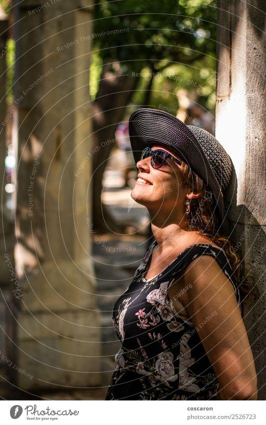 Frau lehnt sich an eine Säule mit Sonnenstrahlen im Gesicht. Lifestyle Stil Glück schön Haut Ferien & Urlaub & Reisen Sommer Mensch feminin Erwachsene 1