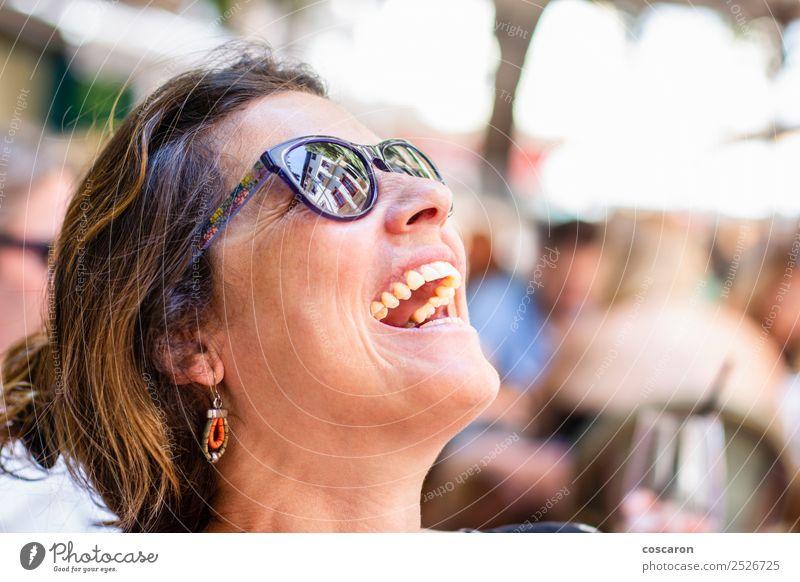 Porträt einer lachenden Frau mittleren Alters Lifestyle Freude Glück schön Gesicht Sommer Winter Mensch feminin Erwachsene 1 30-45 Jahre Natur Park Sonnenbrille
