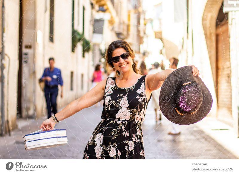 Frauen beim Einkaufen auf den Straßen von Palma, Mallorca, Spanien. Lifestyle Freude Glück schön Erholung Ferien & Urlaub & Reisen Tourismus Mensch feminin