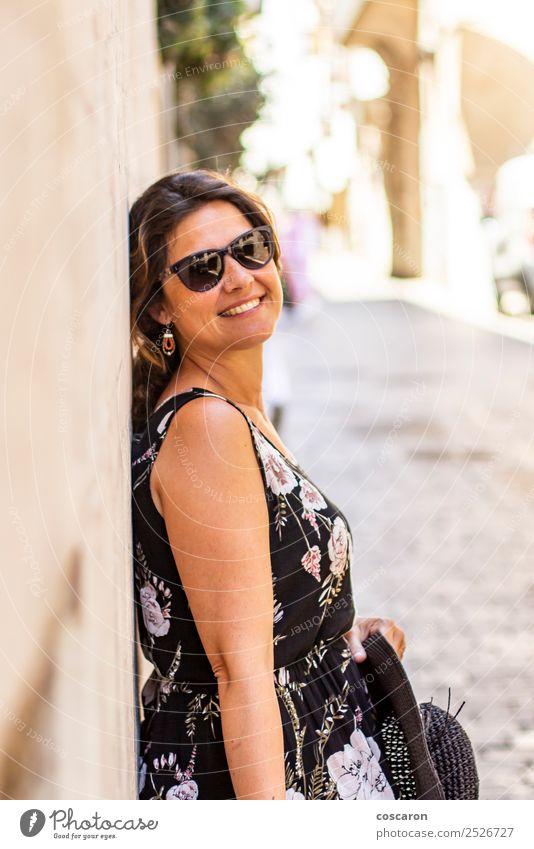 Frau Mensch Sommer schön weiß schwarz Gesicht Straße Erwachsene Lifestyle feminin Stil Glück Mode Stein modern