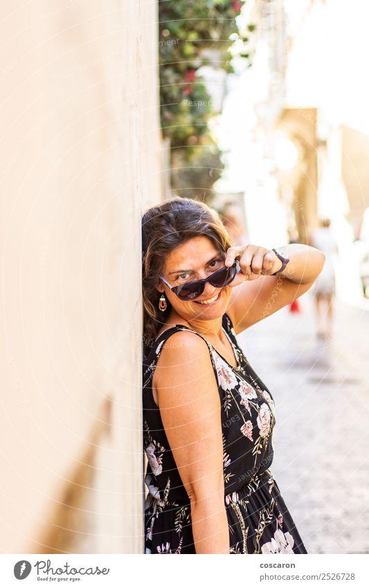 Mittelalterliche Frau auf der Straße mit einer Sonnenbrille Lifestyle Stil Glück schön Gesicht Ferien & Urlaub & Reisen Sommer Fotokamera Mensch feminin