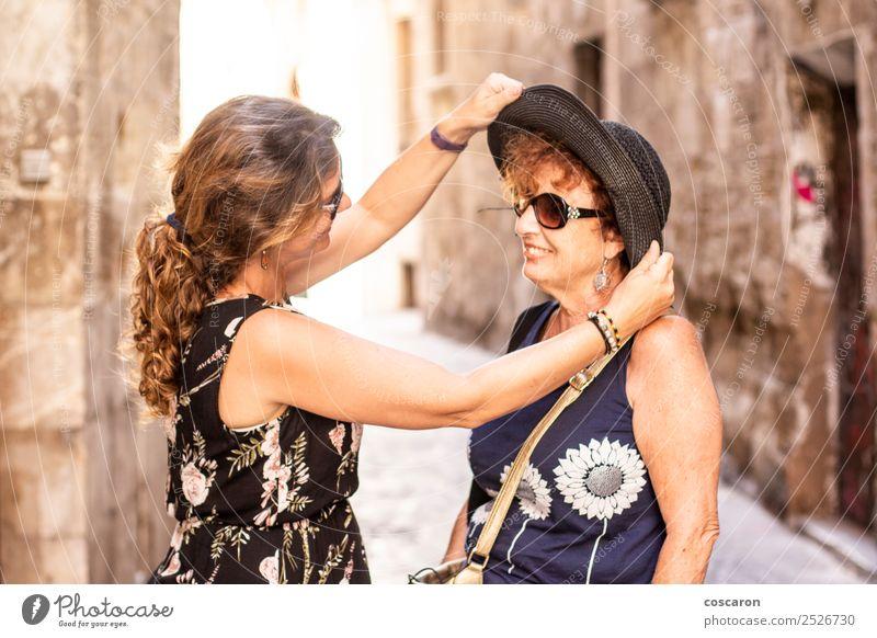 Mutter und Tochter im Sommer auf der Straße Lifestyle kaufen Freude Glück schön Ferien & Urlaub & Reisen Tourismus Sommerurlaub Mensch feminin Frau Erwachsene