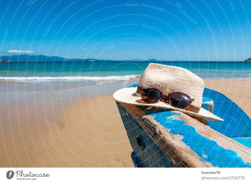 Wärme und Boot am Strand Erholung Ferien & Urlaub & Reisen Tourismus Meer Sport Sand Küste Wasserfahrzeug Sonnenbrille Schal Hausschuhe Hut Sommerferien