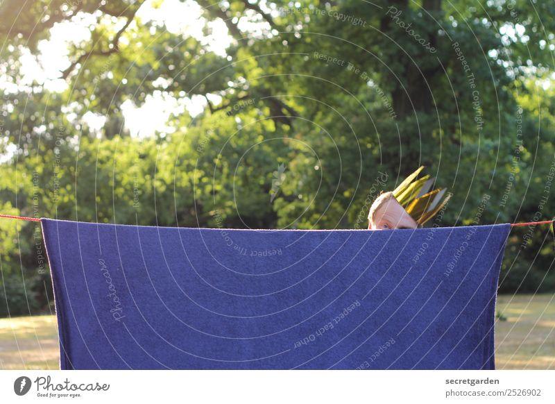 Mann mit Krone hinter hängendem Teppich versteckt Spielen Sommer maskulin Erwachsene Kopf 1 Mensch 30-45 Jahre Theaterschauspiel Show Schönes Wetter Baum Garten