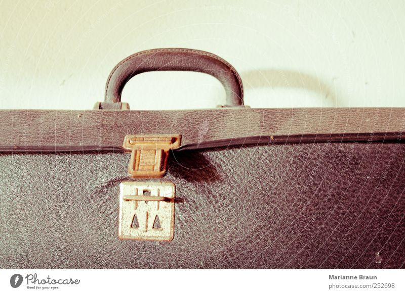 Werkzeugkoffer Koffer Metall Leder alt braun Werkzeugkasten Staub staubig Lederkoffer Schloss gebraucht Muster Strukturen & Formen Griff Licht Schatten Rost