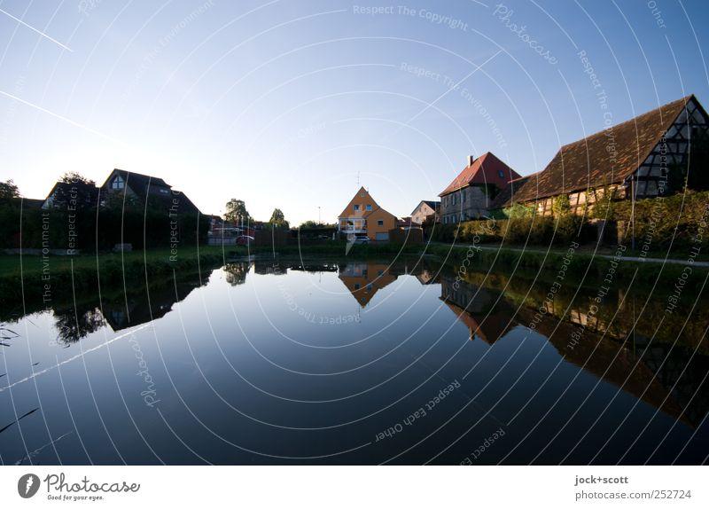 fränkischer Karpfenteich Wasser Wolkenloser Himmel Sommer Schönes Wetter Teich Röttenbach Kleinstadt Haus Scheune leuchten ästhetisch natürlich Geborgenheit