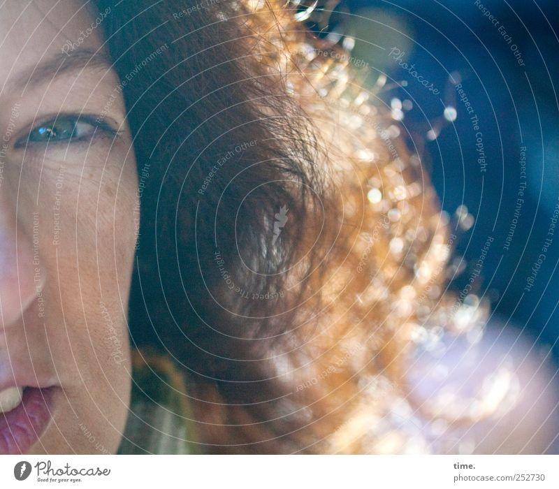 attentive girl looking into a camera Frau Gesicht Erwachsene Auge Haare & Frisuren träumen Zufriedenheit glänzend Mund authentisch einzigartig beobachten