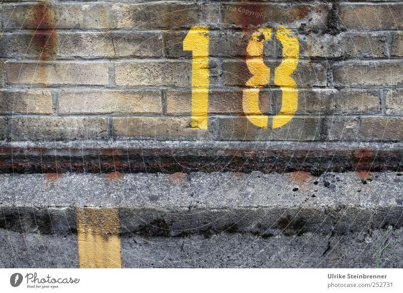 18 Industrieanlage Fabrik Gebäude Mauer Wand Stein Backstein Ziffern & Zahlen groß gelb Genauigkeit Ordnung Verfall Wert Jahr Geburtstag Termin & Datum