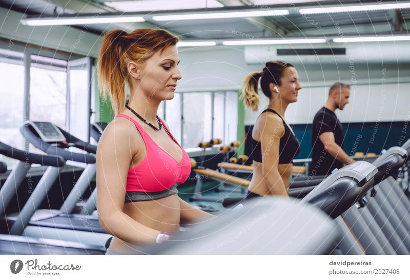 Frauentraining über dem Laufband im Fitnesscenter Lifestyle schön Freizeit & Hobby Musik Club Disco Sport Joggen Mensch Erwachsene Mann Freundschaft