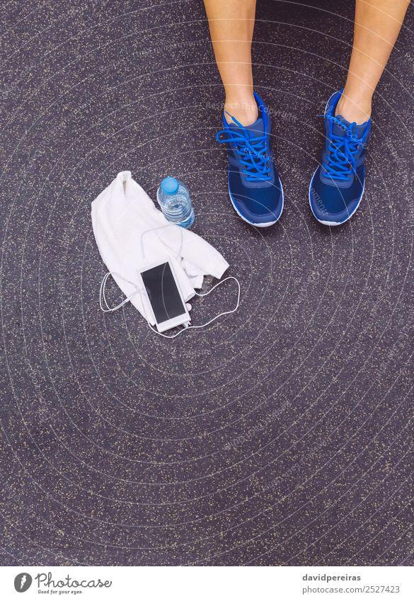 Männerbeine mit Turnschuhen, Handtuch, Wasser und Smartphone im Fitnessstudio-Boden Flasche Lifestyle Körper Freizeit & Hobby Musik Sport Telefon PDA Mensch