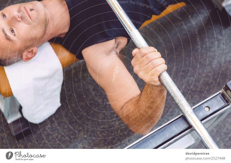 Mann Handhebende Langhantel auf einer Bankpresse Training Lifestyle Körper Sport Mensch Erwachsene Arme Fitness authentisch muskulös stark Kraft Curl-Hantel