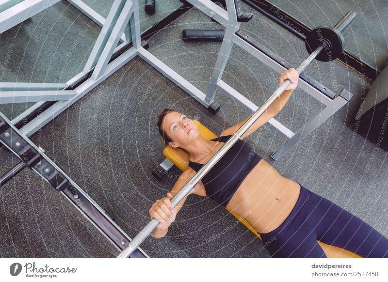 Frau mit Langhantel auf einer Bankpresse Training Lifestyle schön Körper Sport Arbeit & Erwerbstätigkeit Mensch Erwachsene Arme Fitness authentisch muskulös