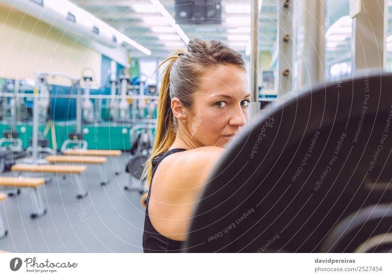 Frau ruht nach dem Anheben der Langhantel auf Muskeltraining. Lifestyle schön Körper Sport Fotokamera Mensch Erwachsene Arme Fitness authentisch dünn Erotik