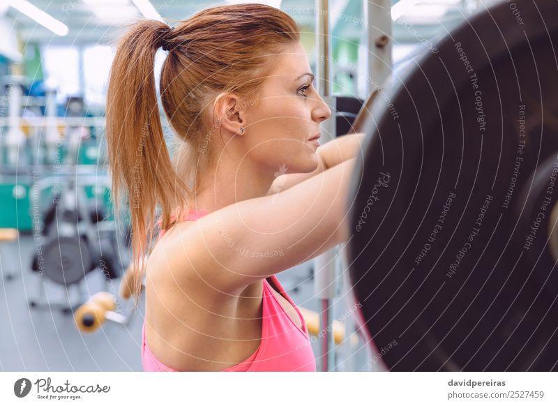 Frau ruht nach dem Anheben der Langhantel auf Muskeltraining. Lifestyle schön Körper Sport Mensch Erwachsene Arme Fitness authentisch dünn Erotik muskulös stark
