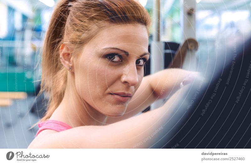 Frau Mensch schön Erotik Lifestyle Erwachsene Sport Körper Kraft Aktion authentisch Arme Fitness stark Fotokamera dünn