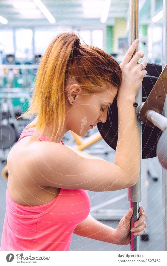 Frau Mensch schön Erotik Lifestyle Erwachsene Sport Körper Kraft Aktion authentisch Arme Fitness stark dünn Müdigkeit
