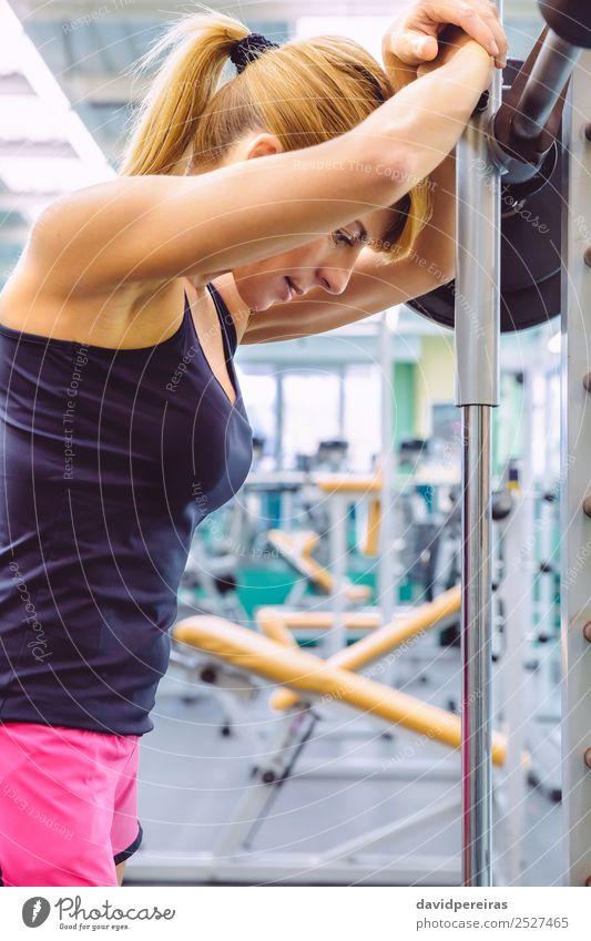 Frau ruht müde nach dem Anheben der Langhantel beim Muskeltraining. Lifestyle schön Körper Sport Mensch Erwachsene Arme Fitness authentisch dünn Erotik muskulös