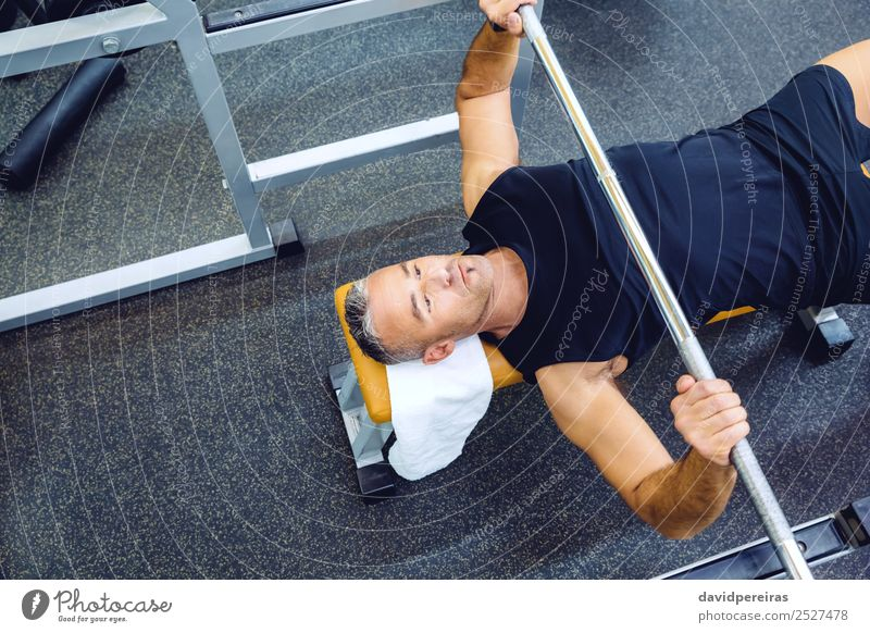 Mann mit Langhantel auf einer Bankpresse Training Lifestyle Körper Sport Arbeit & Erwerbstätigkeit Mensch Erwachsene Arme Fitness authentisch muskulös stark