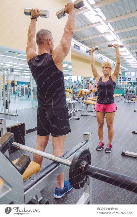 Mann Coach Training für Frau mit Hanteln Übungen schön Sport Schule Erwachsene Freundschaft Arme Fitness authentisch Personal Trainerin Mädchen Lehre
