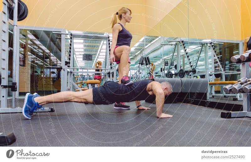 Frau Mensch Mann Lifestyle Erwachsene Sport Zusammensein Arbeit & Erwerbstätigkeit Freundschaft Freizeit & Hobby Körper Aktion authentisch Fitness stark Etage