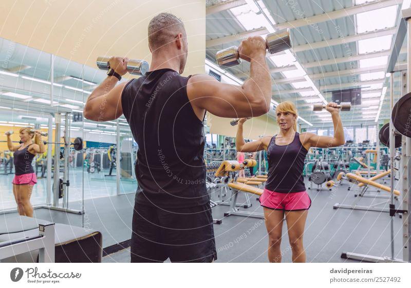 Mann Coach Training für Frau mit Hanteln Übungen schön Sport Schule Erwachsene Freundschaft Arme Fitness authentisch stark Personal Trainerin Mädchen Lehre