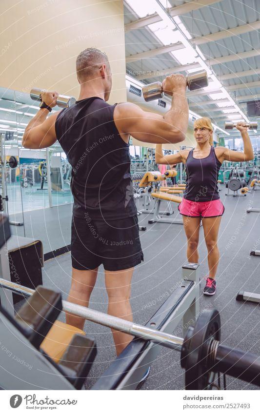 Mann Coach Training für Frau mit Hanteln Übungen schön Sport Schule Erwachsene Freundschaft Fitness authentisch stark Personal Trainerin Mädchen Lehre