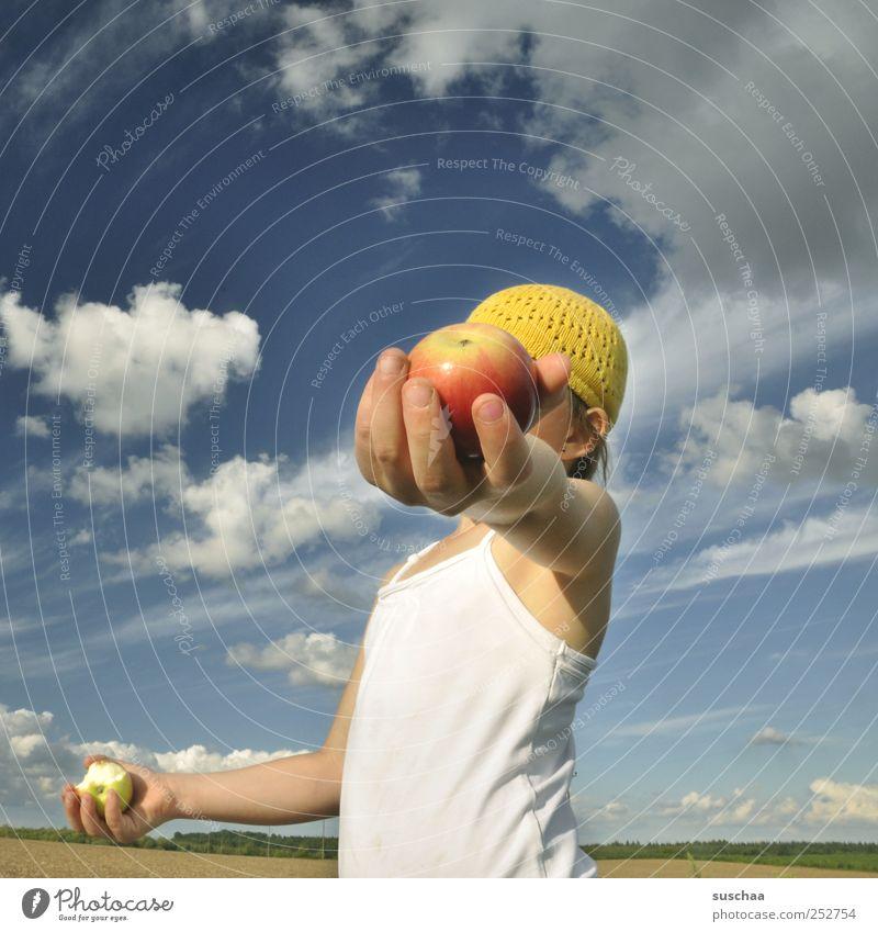 zur halbzeit einen apfel .. androgyn Kind Mädchen Kindheit Haut Kopf Ohr Arme Hand Finger 3-8 Jahre Umwelt Natur Landschaft Luft Himmel Wolken Horizont Sommer