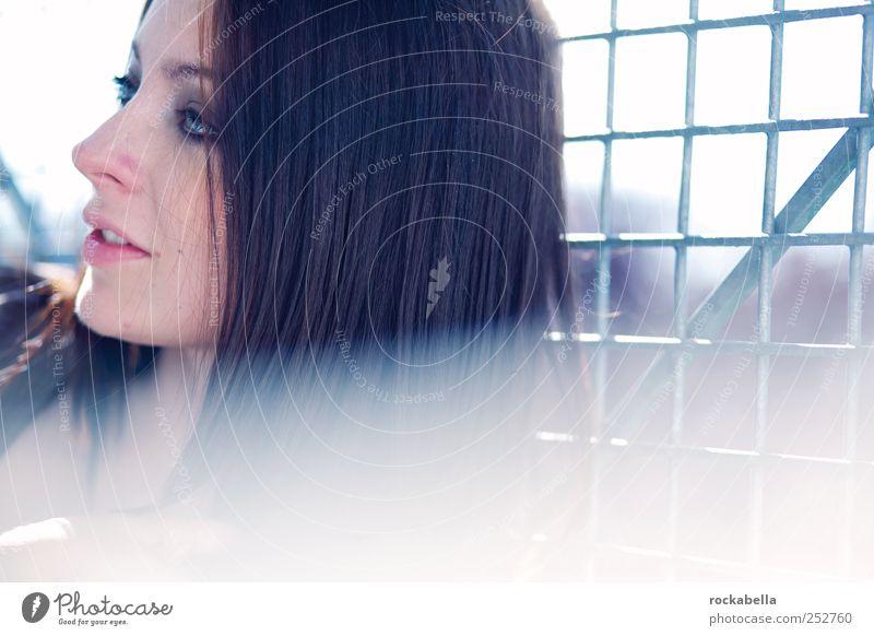 Frau im Gegenlicht feminin Junge Frau Jugendliche 1 Mensch 18-30 Jahre Erwachsene schwarzhaarig brünett langhaarig Lächeln authentisch schön einzigartig Gefühle