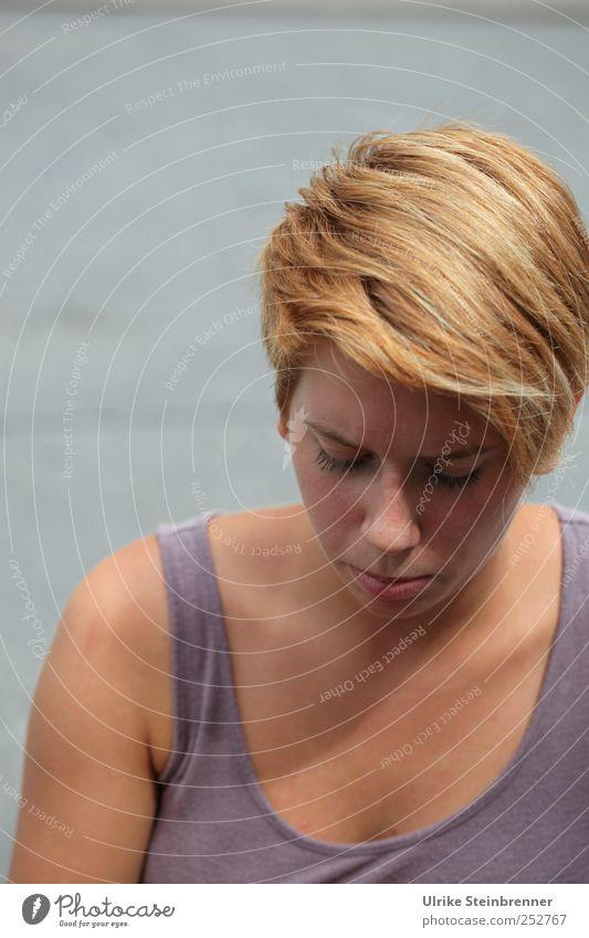 Vertieft II schön Haut lesen Sommer Mensch feminin Junge Frau Jugendliche Erwachsene Leben Kopf Haare & Frisuren Gesicht 1 18-30 Jahre Bekleidung T-Shirt blond