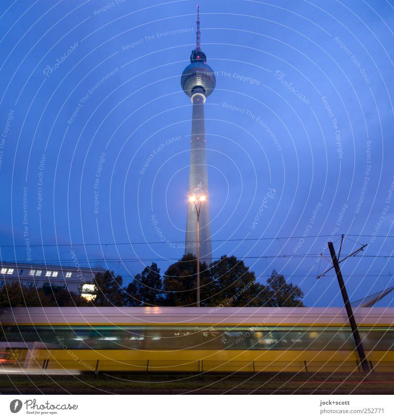 schneller Nahverkehr Himmel Stadt blau Haus Bewegung Wege & Pfade Berlin Linie leuchten Verkehr Perspektive Klima Geschwindigkeit Güterverkehr & Logistik Kabel Bauwerk