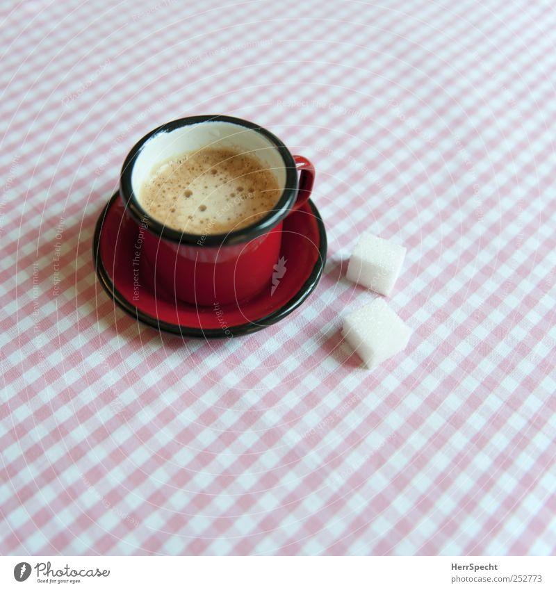 Frühstück Kaffeetrinken Getränk Heißgetränk Espresso Tasse Häusliches Leben Wohnung rosa rot weiß Untertasse Zucker Würfelzucker kariert penibel Schaum Pause