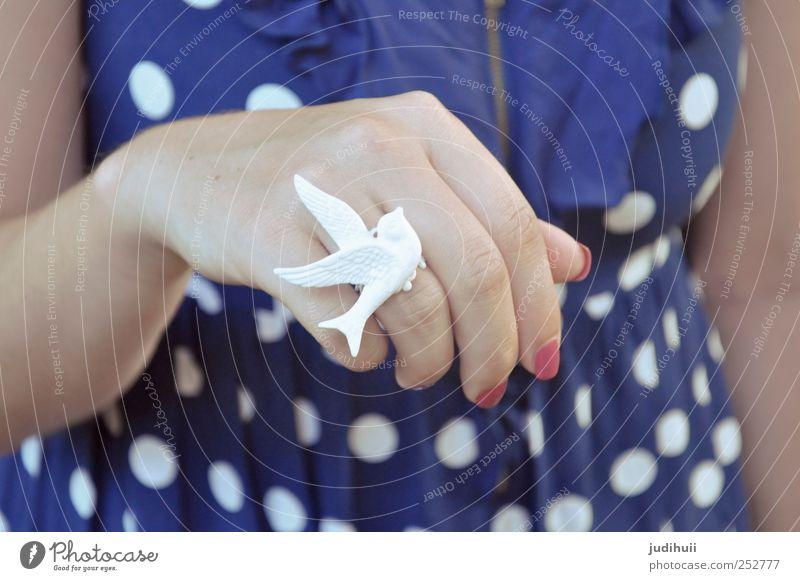 Dove Ring feminin Hand Finger 1 Mensch Mode Bekleidung Accessoire Schmuck Taube trendy weiß friedlich Hoffnung Frieden Friedenstaube Farbfoto Detailaufnahme