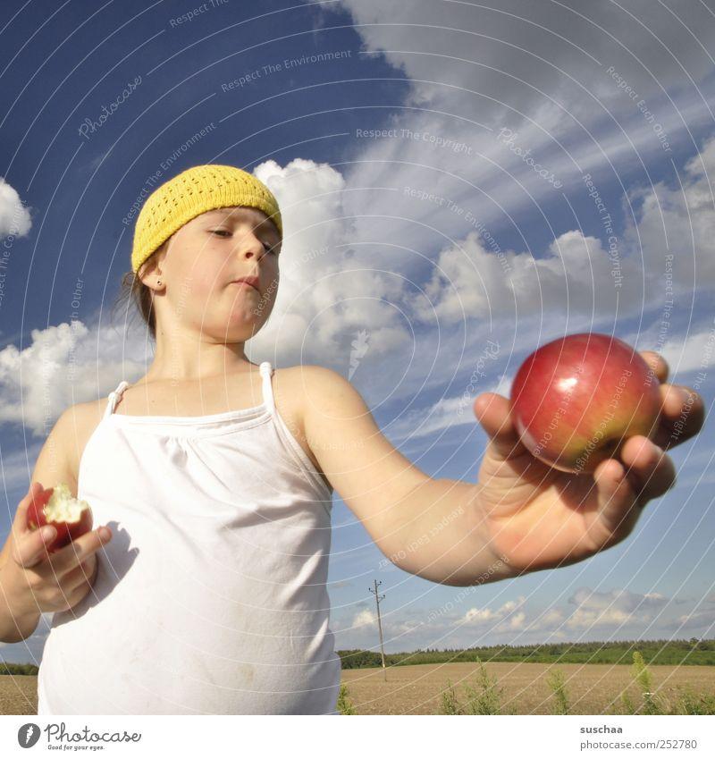 .. noch ein apfel Mensch Kind Himmel Natur Hand Mädchen Sommer Wolken Gesicht Auge Umwelt Landschaft Kopf Essen Gesundheit Kindheit