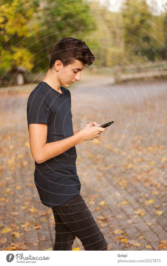 Cooler Teenager mit fünfzig Jahren und einem Handy auf der Straße. Lifestyle Glück lesen Telefon PDA Technik & Technologie Internet Mensch Junge Mann Erwachsene