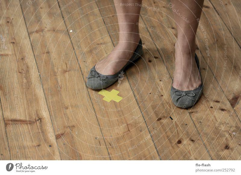 Standpunkt Mensch Erwachsene feminin Holz Fuß Ordnung stehen 18-30 Jahre Kreuz Theaterschauspiel Junge Frau