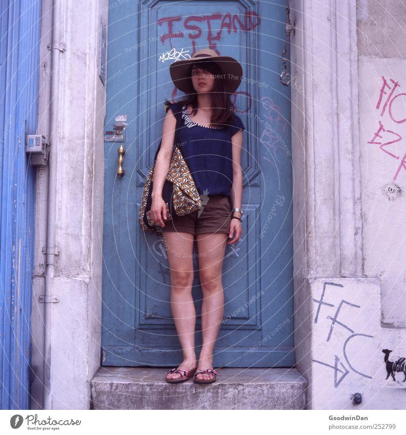 Marseille. Frau Mensch Jugendliche schön Erwachsene Haus feminin Stimmung Tür Zufriedenheit Fassade frei authentisch retro einfach Neugier