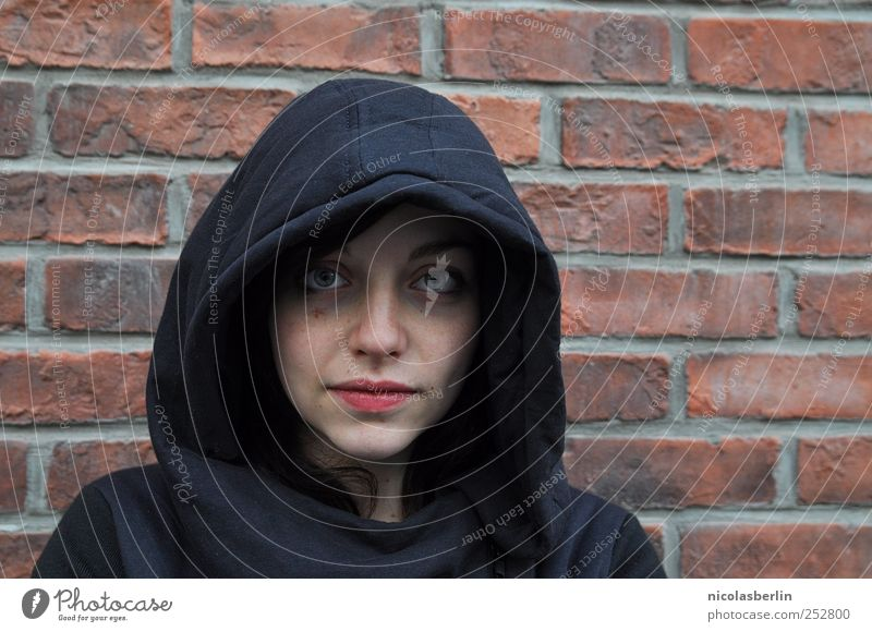 Happy Halloween Frau Mensch Jugendliche Erwachsene schwarz feminin dunkel Leben kalt Wand Mauer Angst Armut verrückt außergewöhnlich trist