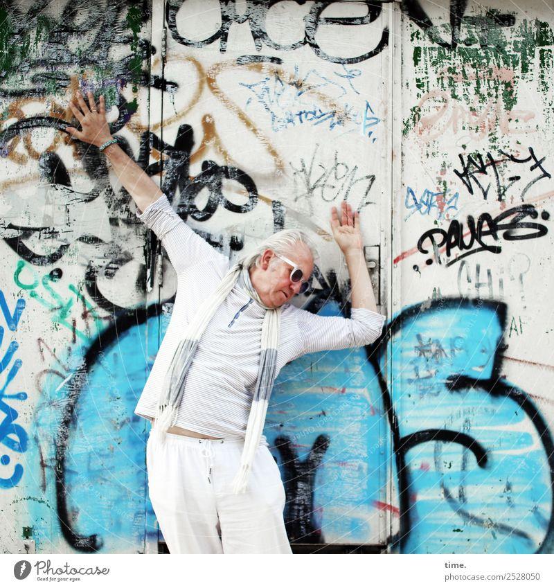 Divo Rolfo maskulin Mann Erwachsene 1 Mensch Künstler Theaterschauspiel Mauer Wand T-Shirt Hose Sonnenbrille Schal Zeichen Schriftzeichen Graffiti drehen stehen