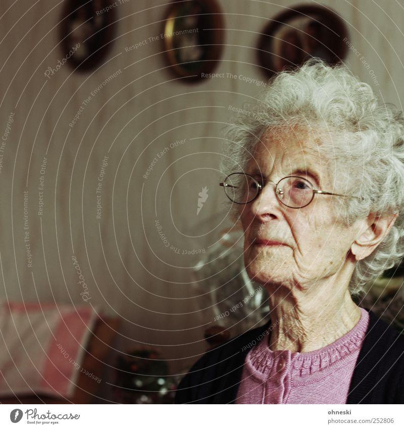Sonntags Wohnzimmer Mensch Weiblicher Senior Frau Großmutter Kopf 1 60 und älter alt demütig Sorge Müdigkeit Einsamkeit Leben Schwäche Vergänglichkeit Farbfoto