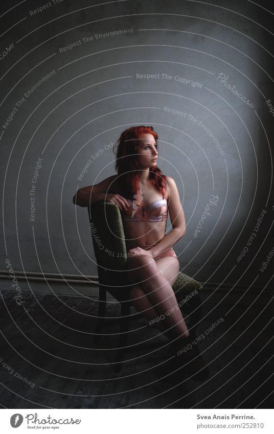 licht.blick. feminin Junge Frau Jugendliche Körper Haare & Frisuren 1 Mensch 18-30 Jahre Erwachsene Holzfußboden Stuhl Unterwäsche rothaarig langhaarig sitzen