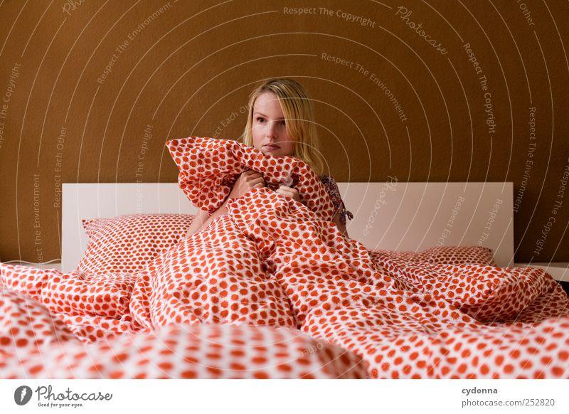 Nur schlecht geträumt Mensch Jugendliche ruhig Einsamkeit Leben Erwachsene träumen Zeit Angst Wohnung schlafen Lifestyle Häusliches Leben bedrohlich Bett Schutz