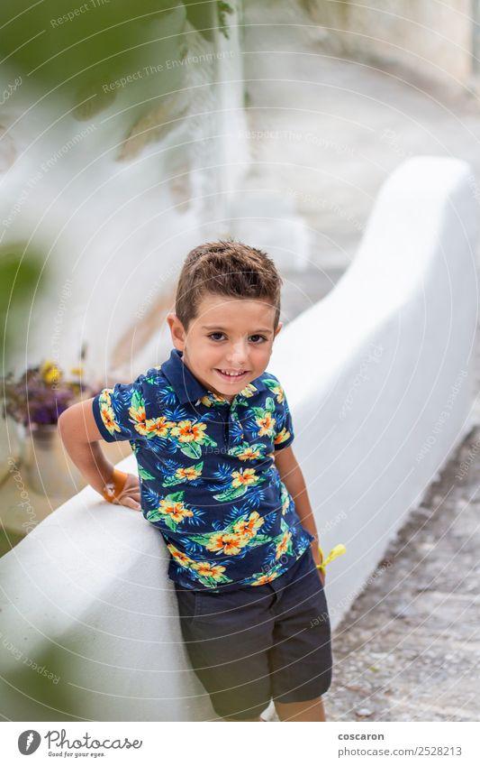 Porträt eines süßen kleinen Jungen gegen eine Steinmauer Stil Glück schön Gesicht Sommer Kind Fotokamera Mensch maskulin Baby Kleinkind Mann Erwachsene Kindheit
