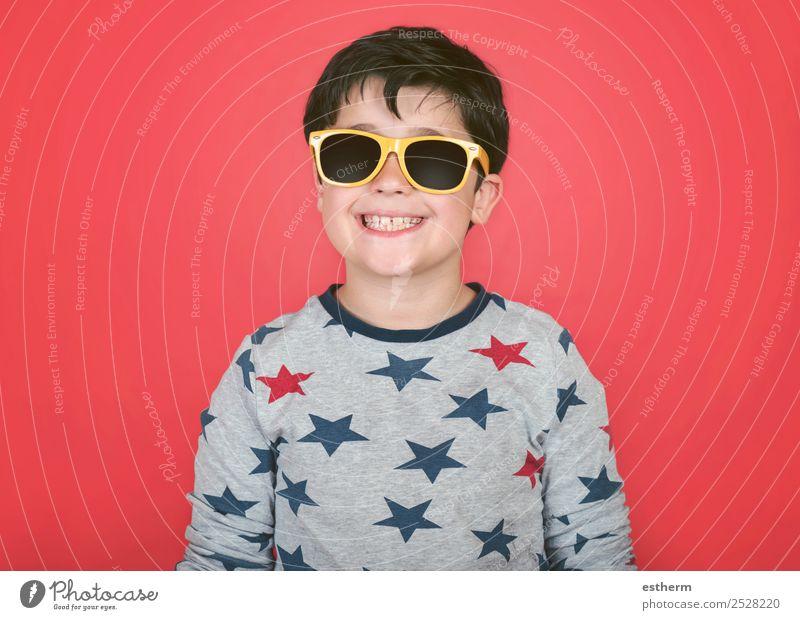 lächelnder Junge mit gelber Sonnenbrille Lifestyle Freude Ferien & Urlaub & Reisen Sommer Mensch maskulin Kleinkind Kindheit 1 8-13 Jahre Accessoire Lächeln