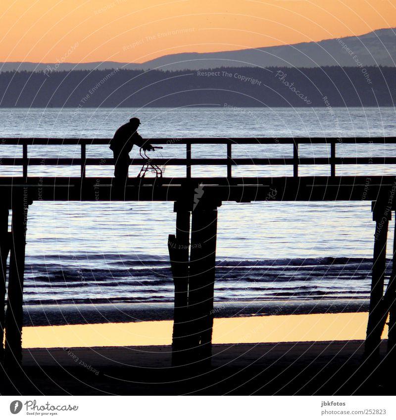 Rentner on tour... Mensch Mann alt Wasser Erwachsene Landschaft Berge u. Gebirge Senior Horizont gehen laufen maskulin Ausflug Tourismus Brücke 60 und älter